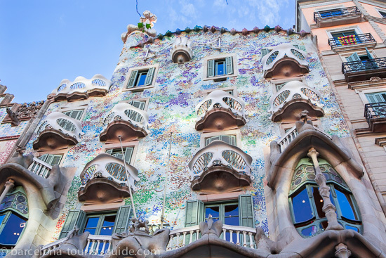 The coloured ceramics on the façade were influenced by natural corals.