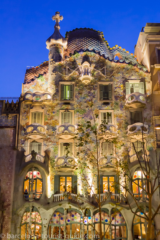 Casa Batlló illuminated at night.