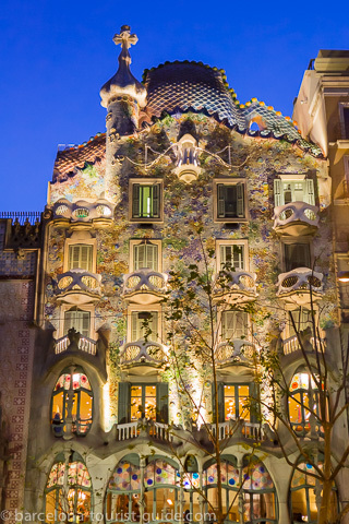 Gaud 39 s casa batll barcelona photo gallery for Casa con jardin barcelona