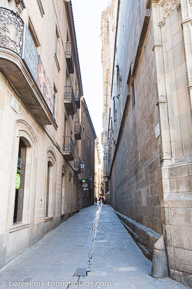 Click to see pictures around barcelona cathedral