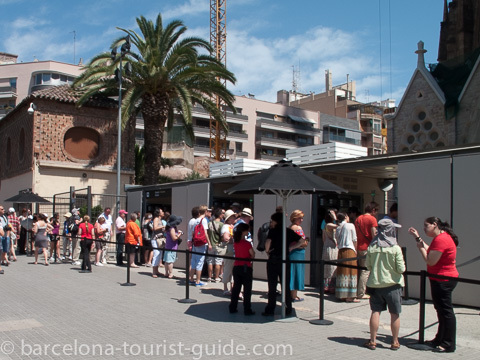 Long queues at the entrance to the Sagrada Família.