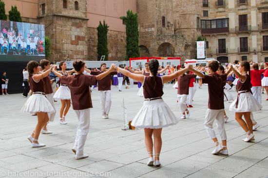 File:Barcellona sardana dance.jpg - Wikimedia Commons