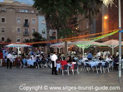 People enjoying dinner on Sant Joan