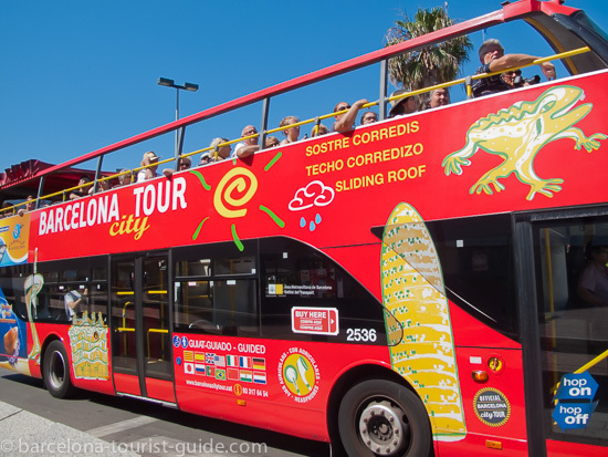 Le bus de Barcelona City Tours s'en allant